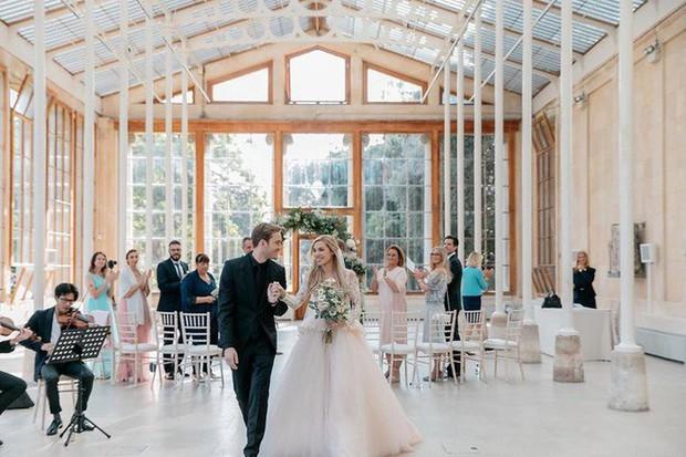 YouTuber nổi tiếng bậc nhất thế giới PewDiePie vừa chính thức kết hôn, mời xem chùm ảnh cưới của anh - Ảnh 6.