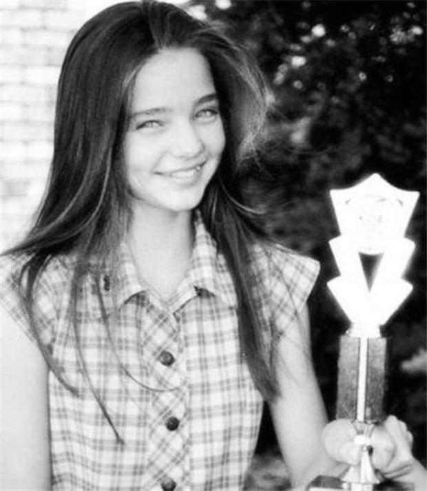 Xuýt xoa nhan sắc thật của sao Hollywood trong ảnh thuở bé: Chị em Kylie đáng yêu nhưng góa phụ đen mới ấn tượng - Ảnh 11.