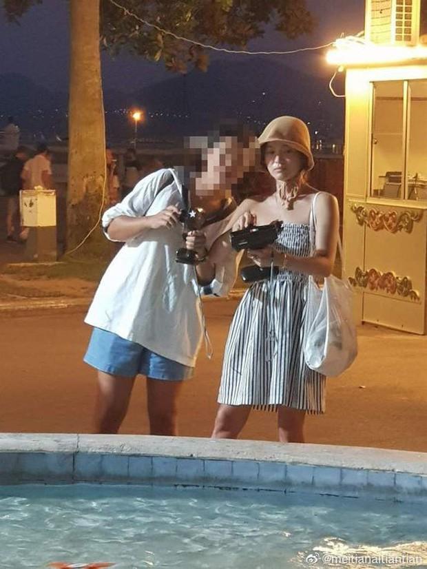 Song Joong Ki lần đầu lộ diện sau khi chính thức ly hôn: Chụp hình cùng gái lạ, thái độ khác hẳn vợ! - Ảnh 5.