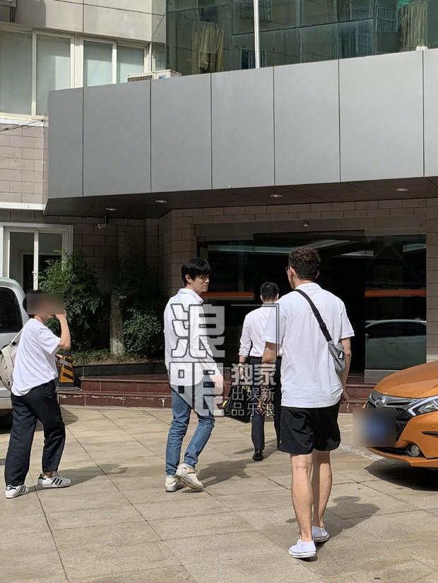 1 ngày sau scandal nghi vấn lộ clip sex, nam thành viên Produce 101 bản Trung lộ diện với thái độ bất ngờ - Ảnh 8.