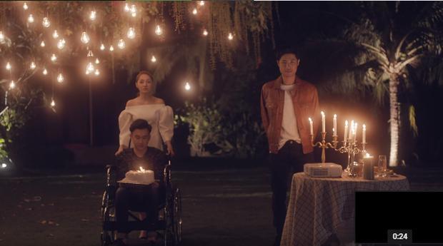 """Xót xa cảnh Dương Triệu Vũ """"lực bất tòng tâm"""" vì ngồi xe lăn, rủ cả Bảo Anh đóng MV đậm chất drama - Ảnh 6."""