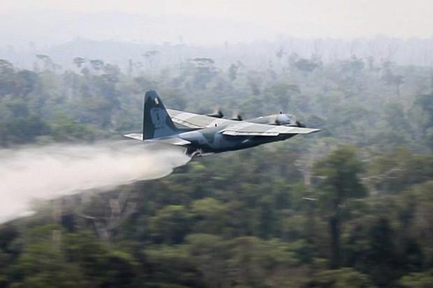 Tận mắt xem vận tải cơ Brazil phun nước dập lửa cứu rừng Amazon - Ảnh 1.