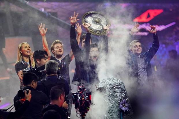 Nhà vô địch giải đấu Dota 2 kiếm được nhiều tiền hơn cả quán quân Wimbledon 2019 - Ảnh 1.