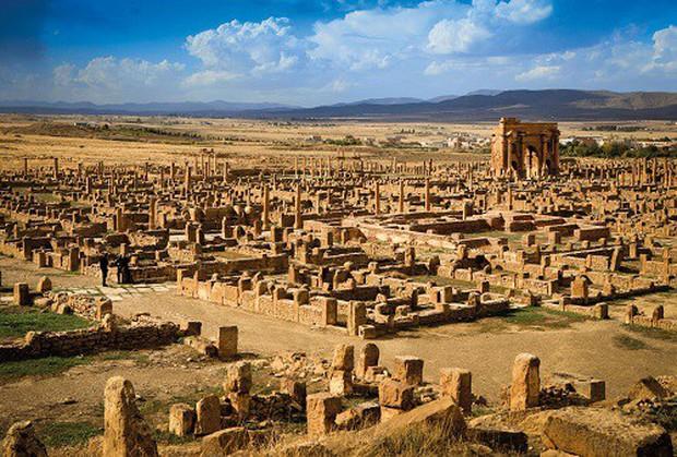 Thành phố La Mã cổ đại Thamugadi: Tàn tích bị sa mạc Sahara chôn vùi gần 10 thế kỷ - Ảnh 1.