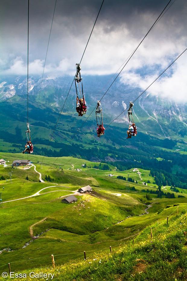 """Đoạn clip 4 triệu view quay trò trượt ròng rọc lơ lửng giữa núi Thuỵ Sĩ bị cư dân mạng """"bóc mẽ"""": """"Đẹp thì đẹp, nhưng sao chậm thế?"""" - Ảnh 14."""
