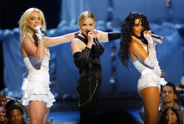 Nồi lẩu drama thập cẩm căng đét làm nên tên tuổi của VMAs: Biến của Taylor và Miley chưa phải gây sốc nhất! - Ảnh 4.