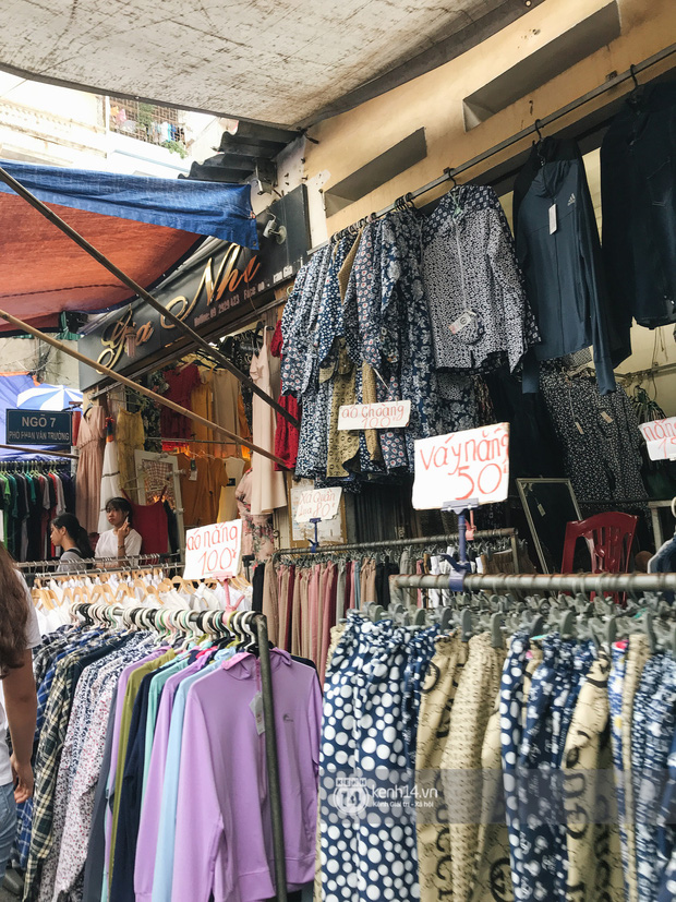 Khám phá chợ Nhà Xanh nổi tiếng nhất nhì giới sinh viên Hà Nội: Đi 5 bước 15 tiếng chửi, xem đồ mà không mua coi chừng ăn đánh nghe chưa! - Ảnh 1.