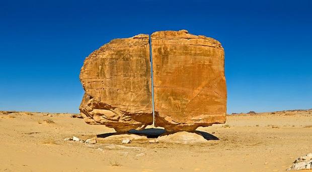 Một trong những bí ẩn lớn nhất của nhân loại: Vết cắt chia đôi khối đá nhẵn nhụi đến khó tin, muốn tới khám phá lại càng khó hơn - Ảnh 1.