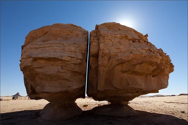 Một trong những bí ẩn lớn nhất của nhân loại: Vết cắt chia đôi khối đá nhẵn nhụi đến khó tin, muốn tới khám phá lại càng khó hơn - Ảnh 4.