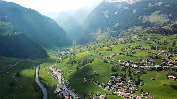 """Đoạn clip 4 triệu view quay trò trượt ròng rọc lơ lửng giữa núi Thuỵ Sĩ bị cư dân mạng """"bóc mẽ"""": """"Đẹp thì đẹp, nhưng sao chậm thế?"""" - Ảnh 3."""