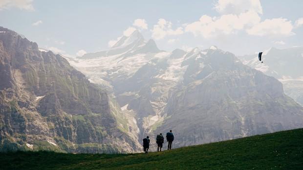 """Đoạn clip 4 triệu view quay trò trượt ròng rọc lơ lửng giữa núi Thuỵ Sĩ bị cư dân mạng """"bóc mẽ"""": """"Đẹp thì đẹp, nhưng sao chậm thế?"""" - Ảnh 2."""