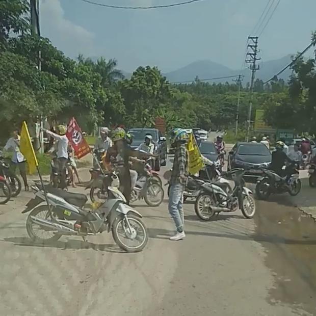 Clip: Đoàn phượt thủ ngang nhiên đỗ xe máy chặn đường để di chuyển qua ngã 3 ở Vĩnh Phúc - Ảnh 2.