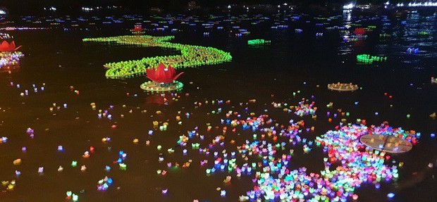 Xôn xao 30.000 hoa đăng thả trôi trên biển gây ô nhiễm môi trường: Chính quyền Hải Phòng trần tình - Ảnh 2.