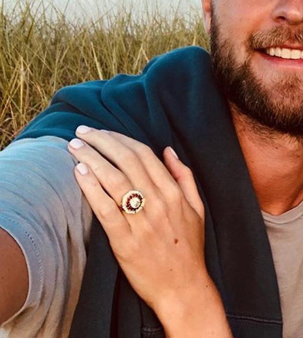 Người tình lâu năm nhất của Hoàng tử Harry khoe ảnh sắp lấy chồng, nhưng ai cũng chú ý vào chiếc nhẫn đính hôn lạ mắt - Ảnh 2.