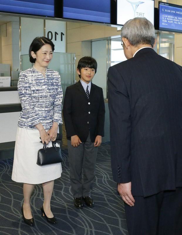 Khác hẳn với vẻ chững chạc thường ngày, Hoàng tử nhỏ Nhật Bản gây sốt cộng đồng mạng với hình ảnh mới lạ ở Bhutan - Ảnh 1.