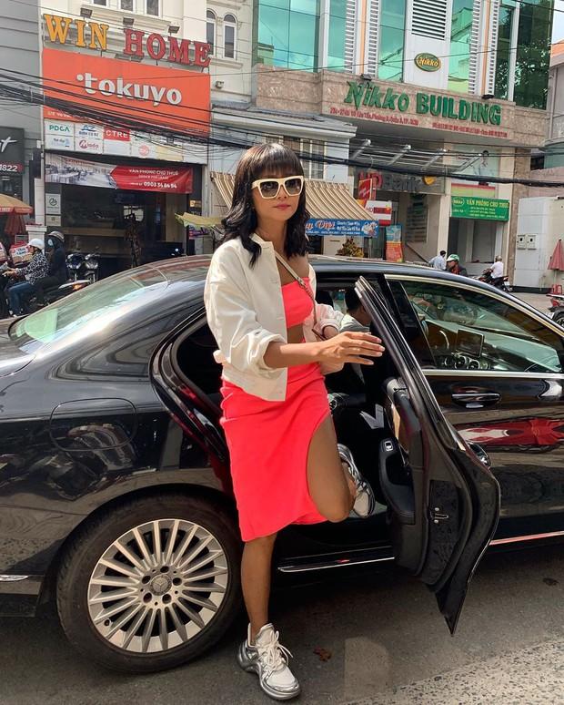 Từng là Hoa hậu tiết kiệm nhất Vbiz với giày 80k và áo phông đi mượn, giờ HHen Niê đã quen thuộc với việc dát đồ hiệu lên người - Ảnh 9.