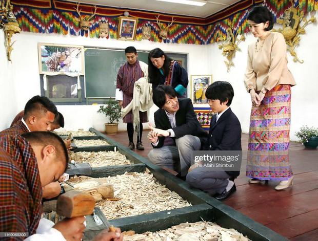 Khác hẳn với vẻ chững chạc thường ngày, Hoàng tử nhỏ Nhật Bản gây sốt cộng đồng mạng với hình ảnh mới lạ ở Bhutan - Ảnh 3.