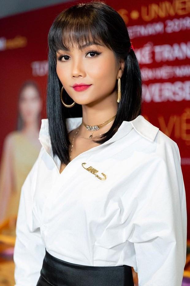 Từng là Hoa hậu tiết kiệm nhất Vbiz với giày 80k và áo phông đi mượn, giờ HHen Niê đã quen thuộc với việc dát đồ hiệu lên người - Ảnh 10.