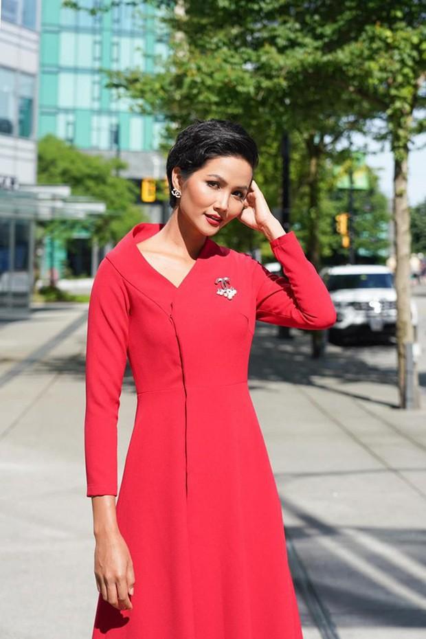 Từng là Hoa hậu tiết kiệm nhất Vbiz với giày 80k và áo phông đi mượn, giờ HHen Niê đã quen thuộc với việc dát đồ hiệu lên người - Ảnh 13.