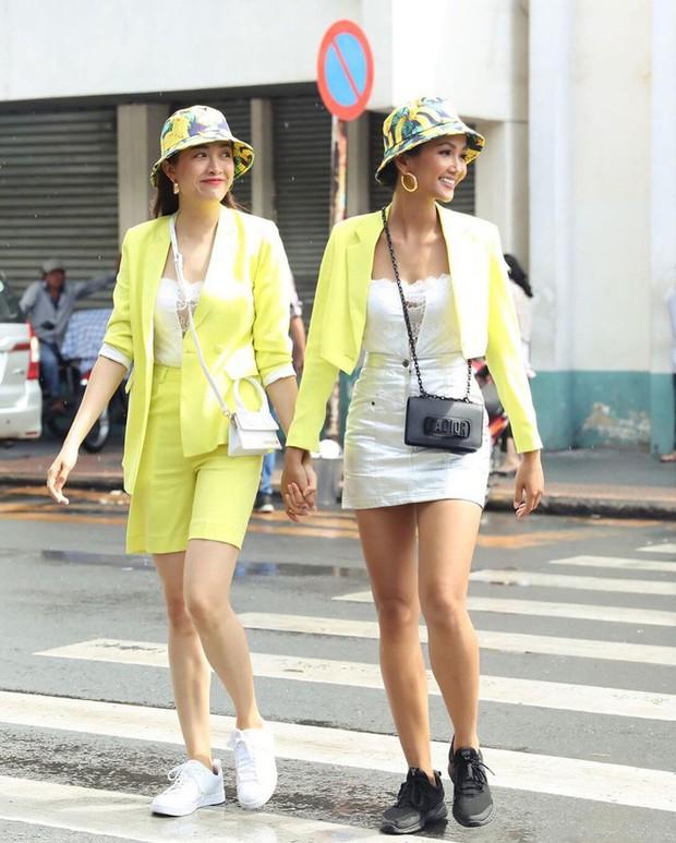 Từng là Hoa hậu tiết kiệm nhất Vbiz với giày 80k và áo phông đi mượn, giờ HHen Niê đã quen thuộc với việc dát đồ hiệu lên người - Ảnh 15.