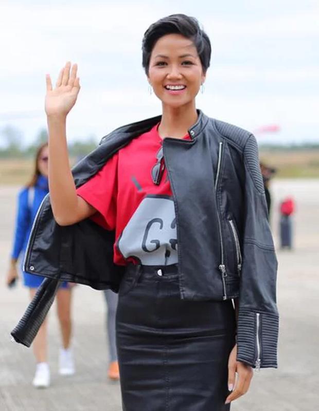 Từng là Hoa hậu tiết kiệm nhất Vbiz với giày 80k và áo phông đi mượn, giờ HHen Niê đã quen thuộc với việc dát đồ hiệu lên người - Ảnh 3.