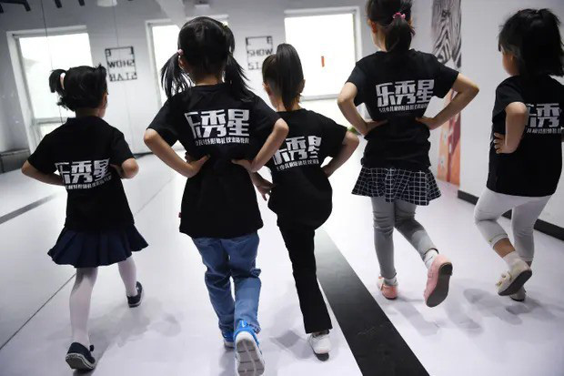Nghề người mẫu nhí ở Trung Quốc: Bố mẹ lấy cớ trau dồi sự tự tin nhưng vô tình trở thành kẻ bạo hành, biến con thành cỗ máy kiếm tiền - Ảnh 5.