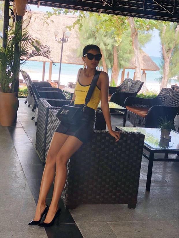 Từng là Hoa hậu tiết kiệm nhất Vbiz với giày 80k và áo phông đi mượn, giờ HHen Niê đã quen thuộc với việc dát đồ hiệu lên người - Ảnh 5.