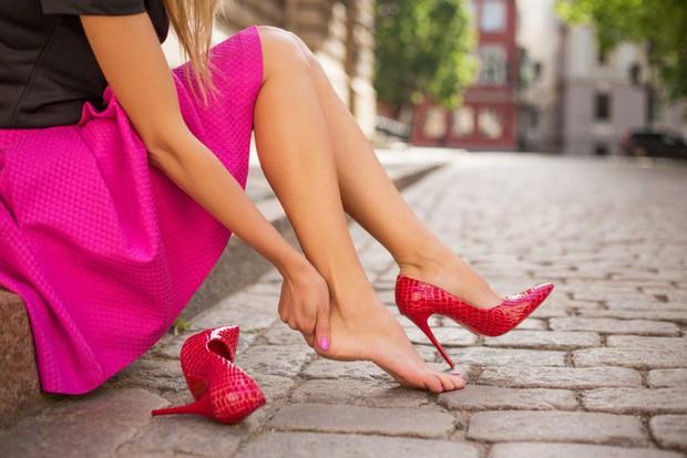 """Ngọc Trinh gặp """"tai nạn"""" với giày cao gót khi đang khoe thần thái xuống xe sang chảnh, nàng công sở nên nhìn để tránh ngay - Ảnh 5."""