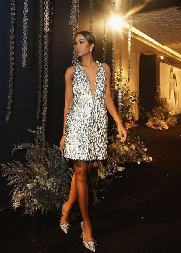 Từng là Hoa hậu tiết kiệm nhất Vbiz với giày 80k và áo phông đi mượn, giờ HHen Niê đã quen thuộc với việc dát đồ hiệu lên người - Ảnh 8.