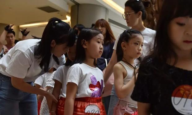 Nghề người mẫu nhí ở Trung Quốc: Bố mẹ lấy cớ trau dồi sự tự tin nhưng vô tình trở thành kẻ bạo hành, biến con thành cỗ máy kiếm tiền - Ảnh 10.