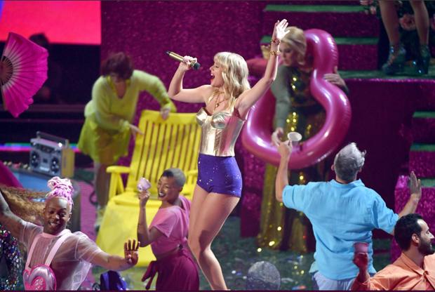 Taylor Swift mặc trang phục lấy cảm hứng từ Madonna, mang hai sắc thái trái ngược khai hỏa MTV VMAs 2019! - Ảnh 2.