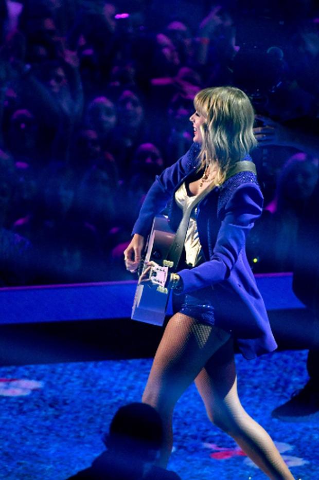 Taylor Swift mặc trang phục lấy cảm hứng từ Madonna, mang hai sắc thái trái ngược khai hỏa MTV VMAs 2019! - Ảnh 8.