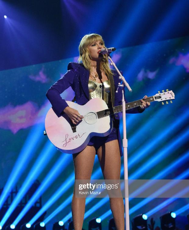 Taylor Swift mặc trang phục lấy cảm hứng từ Madonna, mang hai sắc thái trái ngược khai hỏa MTV VMAs 2019! - Ảnh 9.