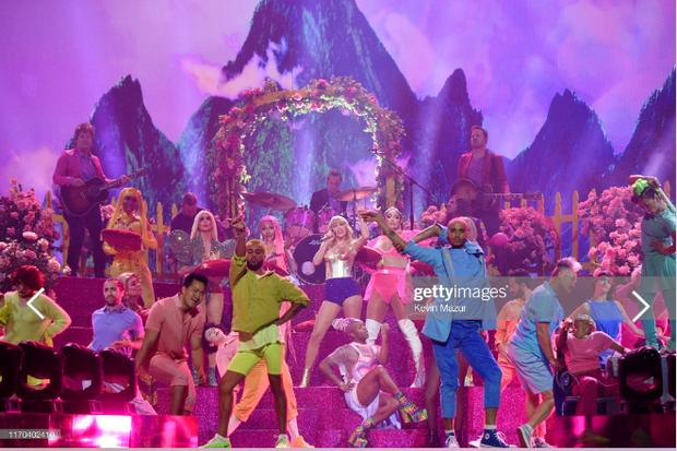 Taylor Swift mặc trang phục lấy cảm hứng từ Madonna, mang hai sắc thái trái ngược khai hỏa MTV VMAs 2019! - Ảnh 3.
