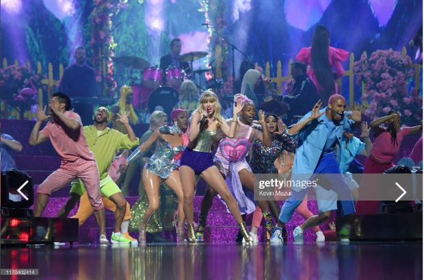 Taylor Swift mặc trang phục lấy cảm hứng từ Madonna, mang hai sắc thái trái ngược khai hỏa MTV VMAs 2019! - Ảnh 4.