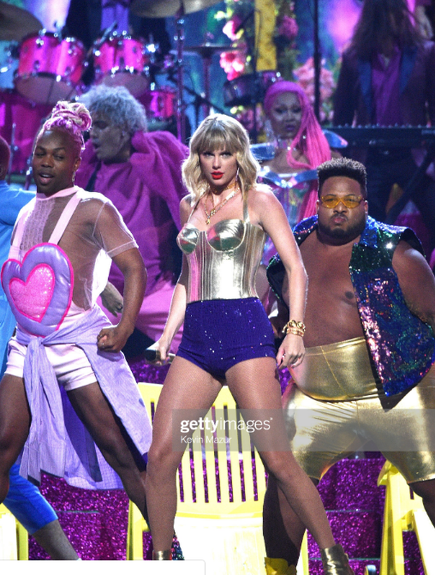 Taylor Swift mặc trang phục lấy cảm hứng từ Madonna, mang hai sắc thái trái ngược khai hỏa MTV VMAs 2019! - Ảnh 5.