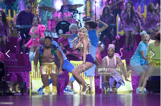 Taylor Swift mặc trang phục lấy cảm hứng từ Madonna, mang hai sắc thái trái ngược khai hỏa MTV VMAs 2019! - Ảnh 7.