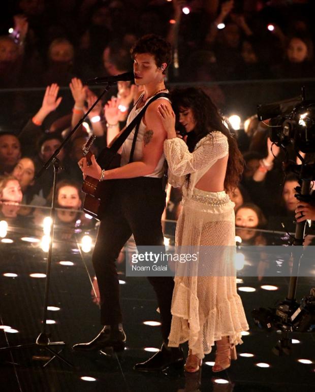 Sân khấu gây thất vọng của Shawn Mendes và Camila Cabello tại VMAs: Chẳng có cảnh hôn nào nhưng lời đồn đồng tính lại dấy lên vì 5s cuối cùng - Ảnh 2.