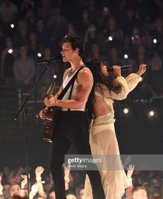Sân khấu gây thất vọng của Shawn Mendes và Camila Cabello tại VMAs: Chẳng có cảnh hôn nào nhưng lời đồn đồng tính lại dấy lên vì 5s cuối cùng - Ảnh 3.