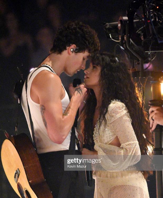 Sân khấu gây thất vọng của Shawn Mendes và Camila Cabello tại VMAs: Chẳng có cảnh hôn nào nhưng lời đồn đồng tính lại dấy lên vì 5s cuối cùng - Ảnh 7.