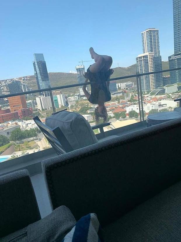 Khoảnh khắc đáng sợ: Nữ sinh rơi từ tầng 6 xuống đất vì tập tư thế yoga cực khó trên thành ban công - Ảnh 1.