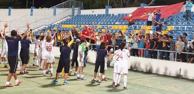 Đội trưởng cởi áo ăn mừng và nhận thẻ đỏ trong ngày tuyển nữ Việt Nam đánh bại Thái Lan, đoạt ngôi vô địch Đông Nam Á - Ảnh 8.