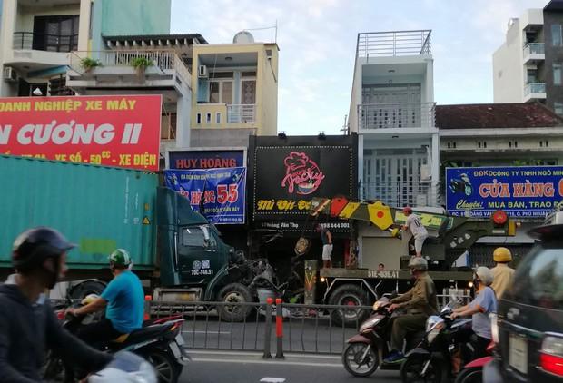 Xe container tông sập cửa hàng xe máy và quán mì vịt ở Sài Gòn, kẹt xe kinh hoàng vào buổi sáng đi làm - Ảnh 1.