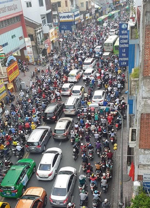 Xe container tông sập cửa hàng xe máy và quán mì vịt ở Sài Gòn, kẹt xe kinh hoàng vào buổi sáng đi làm - Ảnh 3.