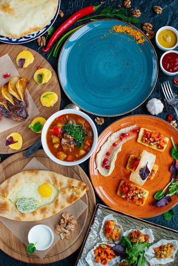 Ở Việt Nam và nước ngoài, nên ăn hết suất hay để thừa lại chút đồ trên đĩa mới là lịch sự? - Ảnh 4.
