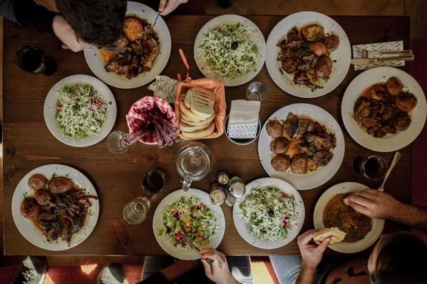 Ở Việt Nam và nước ngoài, nên ăn hết suất hay để thừa lại chút đồ trên đĩa mới là lịch sự? - Ảnh 2.
