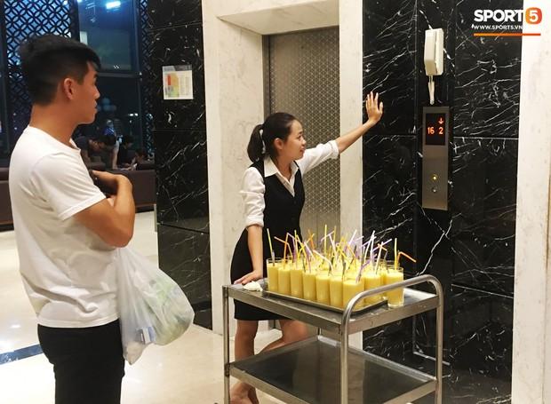 Tuyển Việt Nam dùng ống hút nhựa, fan nhắc khéo vì đi ngược lại vai trò đại sứ nói không với rác thải nhựa - Ảnh 1.