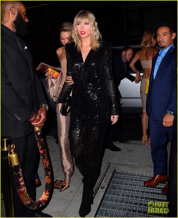 Tiệc hậu VMAs 2019: Miley Cyrus tình tứ dẫn theo bạn gái, lấn át Taylor và dàn mỹ nhân Hollywood nhờ 1 chi tiết - Ảnh 5.