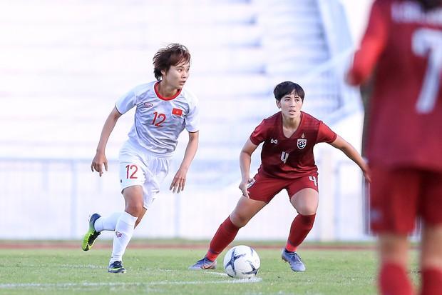 Đội trưởng cởi áo ăn mừng và nhận thẻ đỏ trong ngày tuyển nữ Việt Nam đánh bại Thái Lan, đoạt ngôi vô địch Đông Nam Á - Ảnh 2.
