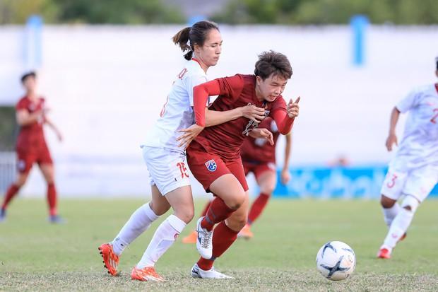 Đội trưởng cởi áo ăn mừng và nhận thẻ đỏ trong ngày tuyển nữ Việt Nam đánh bại Thái Lan, đoạt ngôi vô địch Đông Nam Á - Ảnh 4.